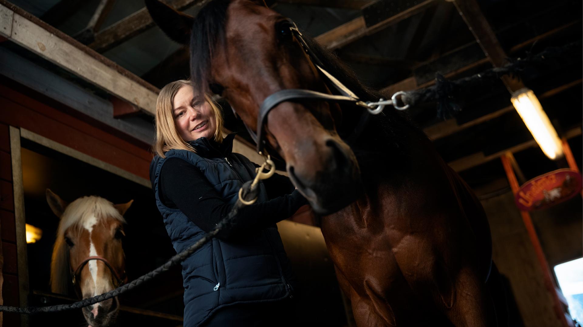 Kaisa Toivonen hevosensa kanssa