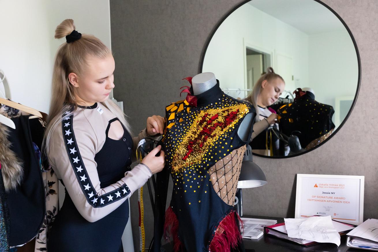 Jessica Huhtinen ompelimossaan