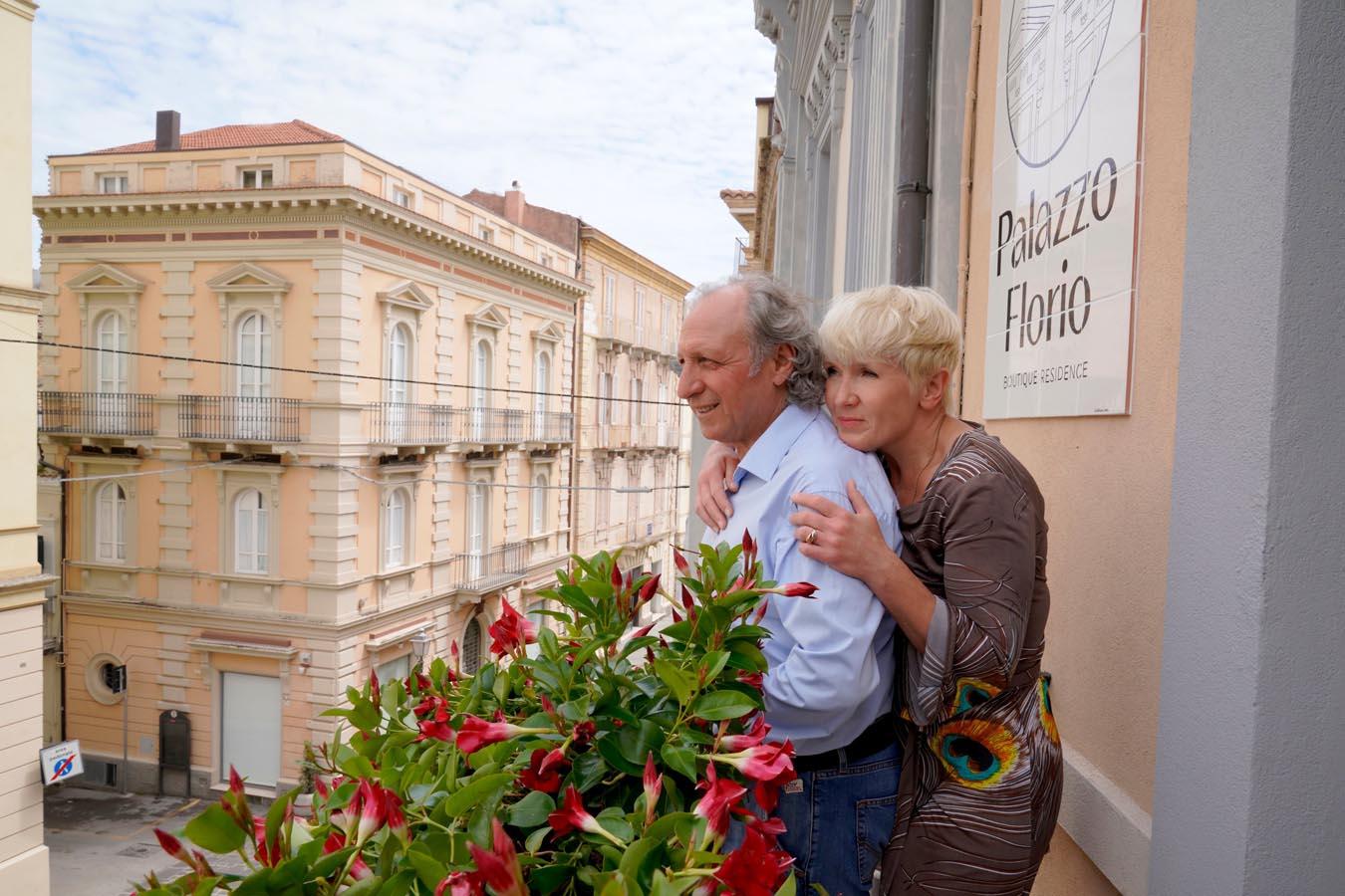 Hannele Piipari ja Umberto Marinozzi parvekkeella