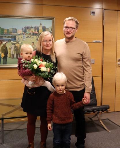 OP Tampereen 110 000:s omistaja-asiakas Venla Puolimatka perheineen.