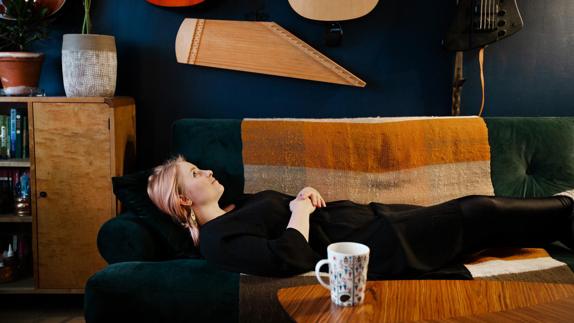 Elina Simes sohvalla