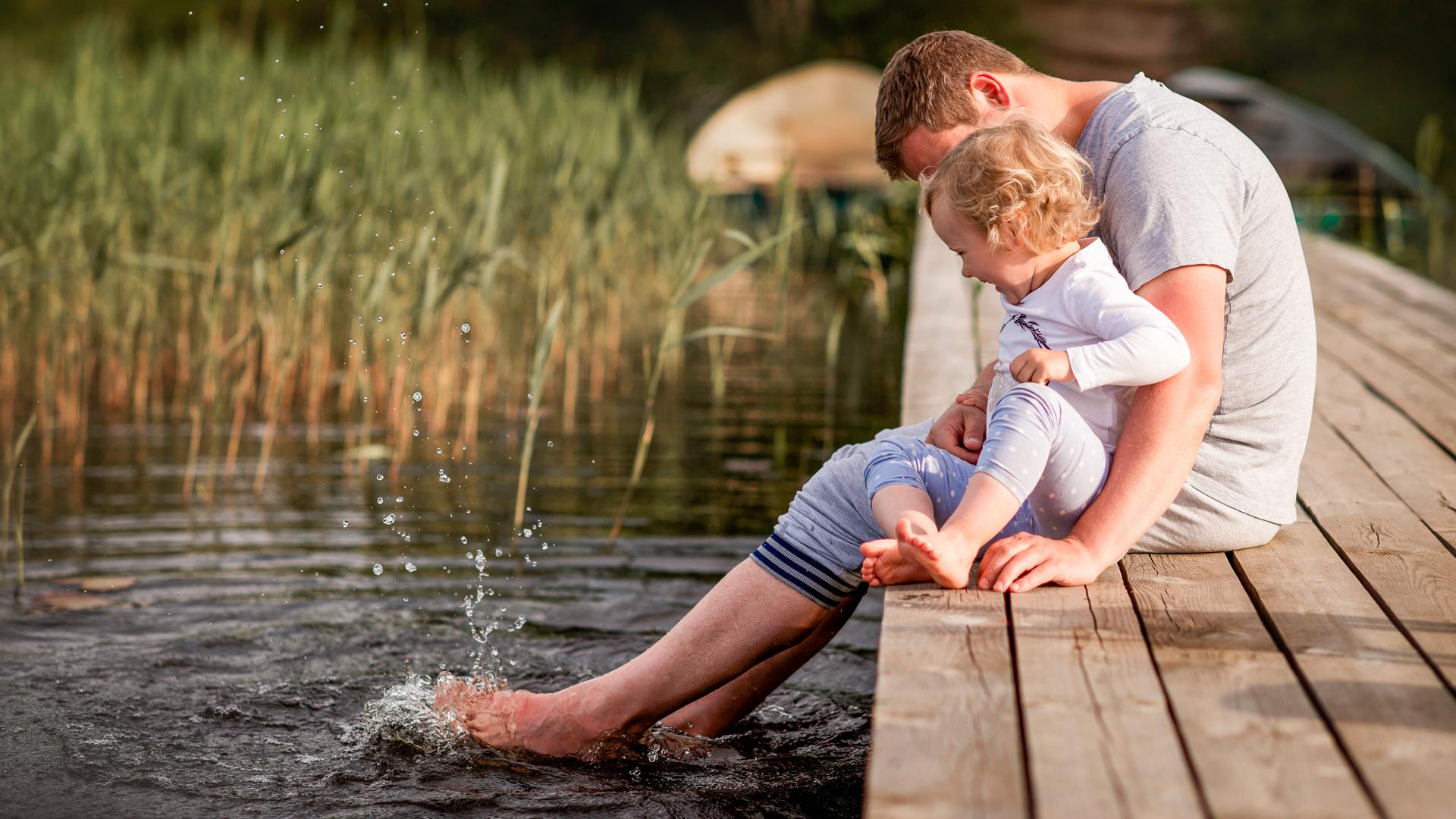 Aikuinen ja lapsi laiturilla