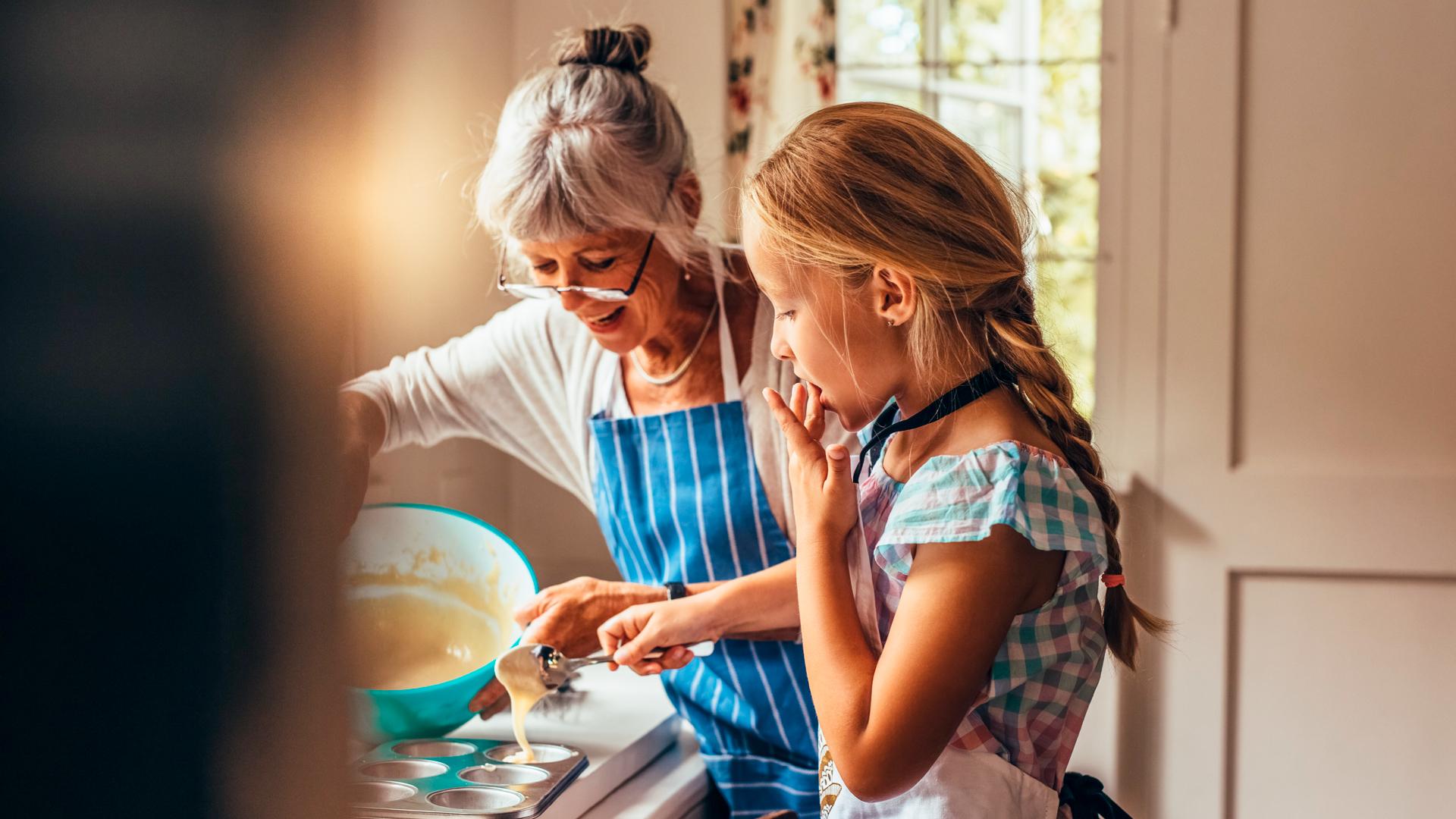 Iäkäs nainen ja lapsi keittiössä.