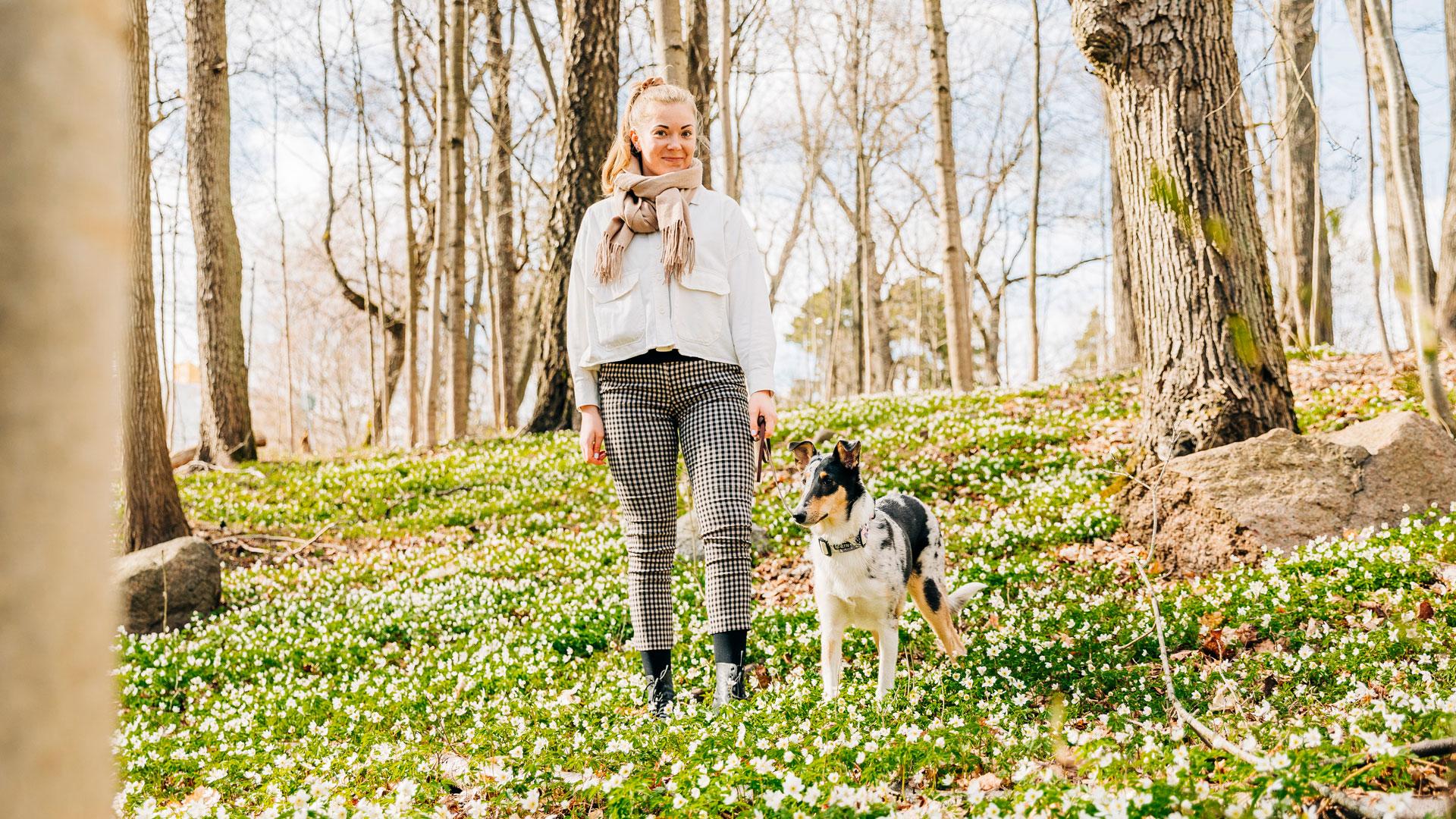 Viivi Griinari ja sileäkarvainen collie Aila metsässä