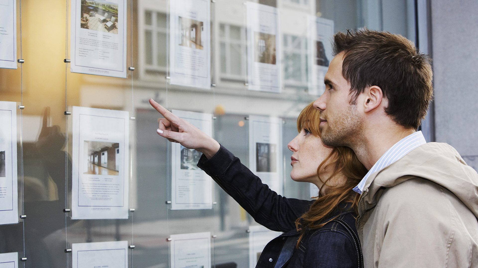 Mies ja nainen tutkivat asuntoilmoituksia