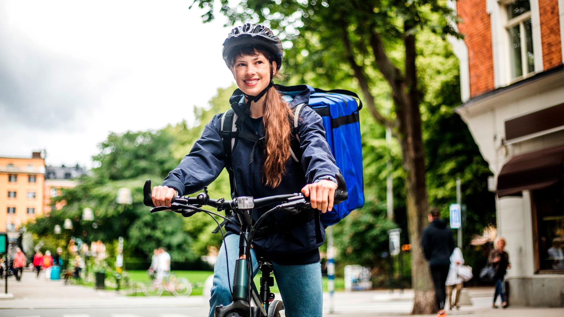Nainen pyörän selässä