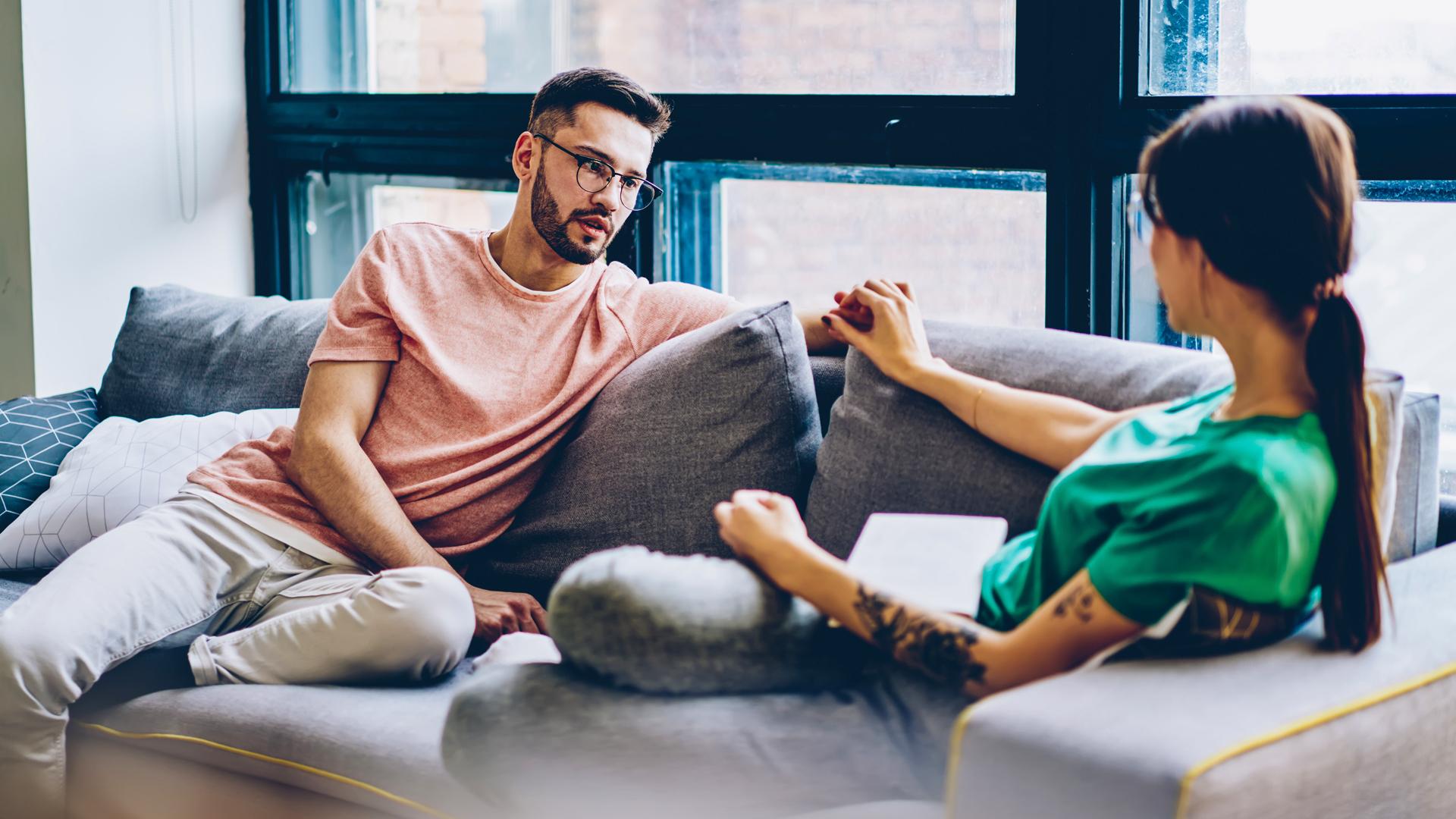 Mies ja nainen sohvalla