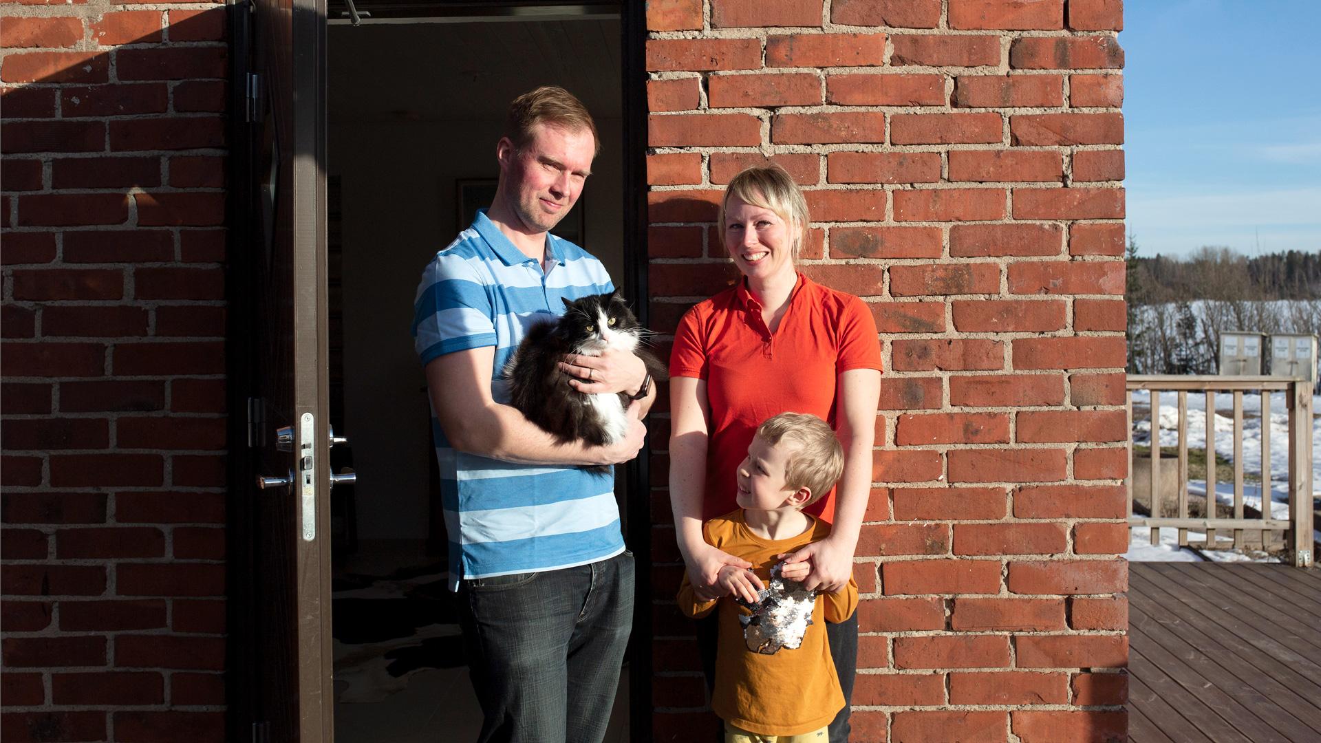 Jere Kourunen, Anna Winqvist lapsensa Rolf Winqvistin kanssa kotinsa edessä