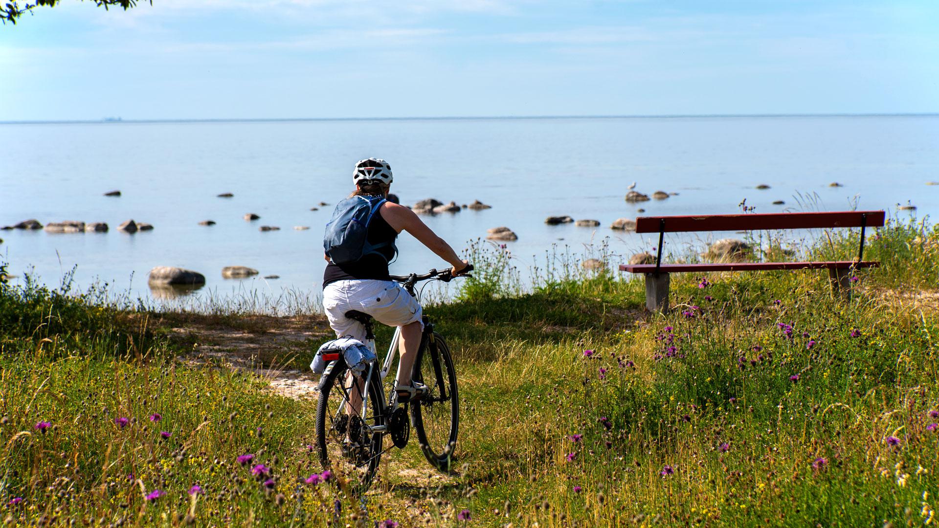 Pyöräilijä rannalla