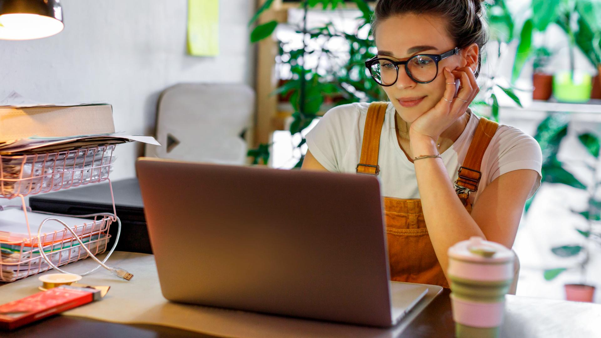 Nainen tietokoneen äärellä