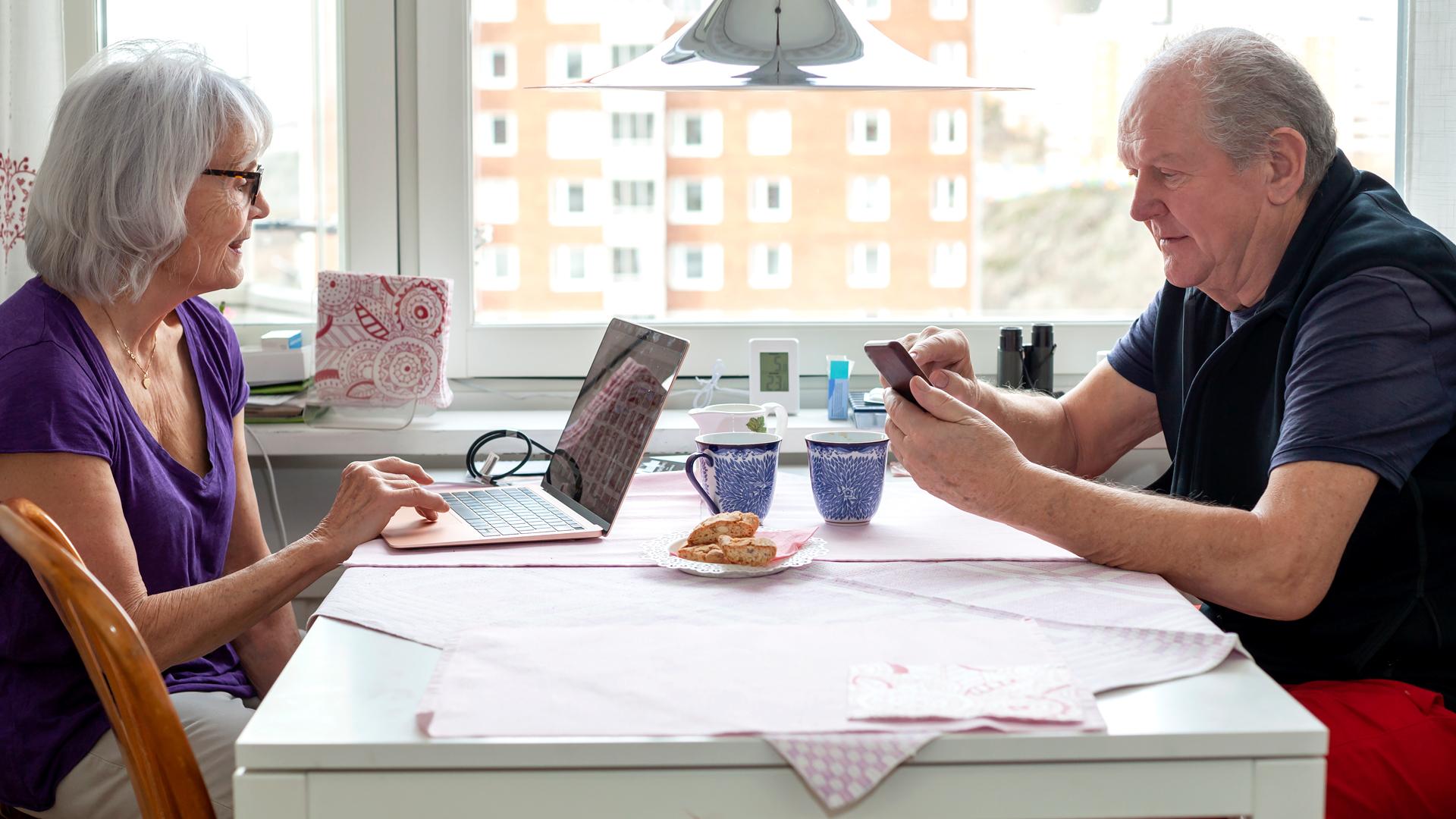 Nainen ja mies pöydän ääressä