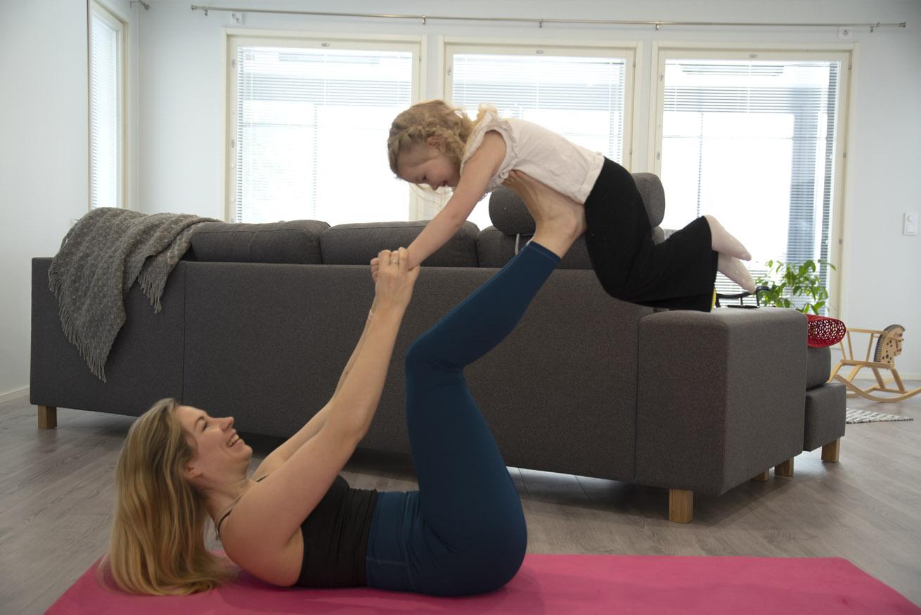 Karoliina Laaksonen ja vauva