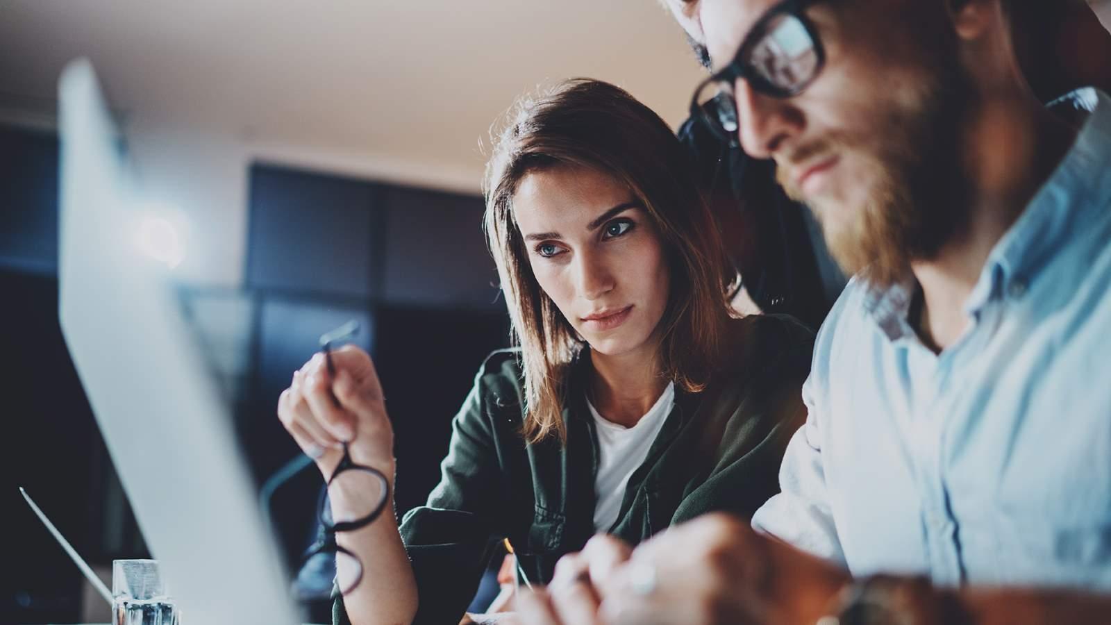 Nainen ja mies tietokoneella