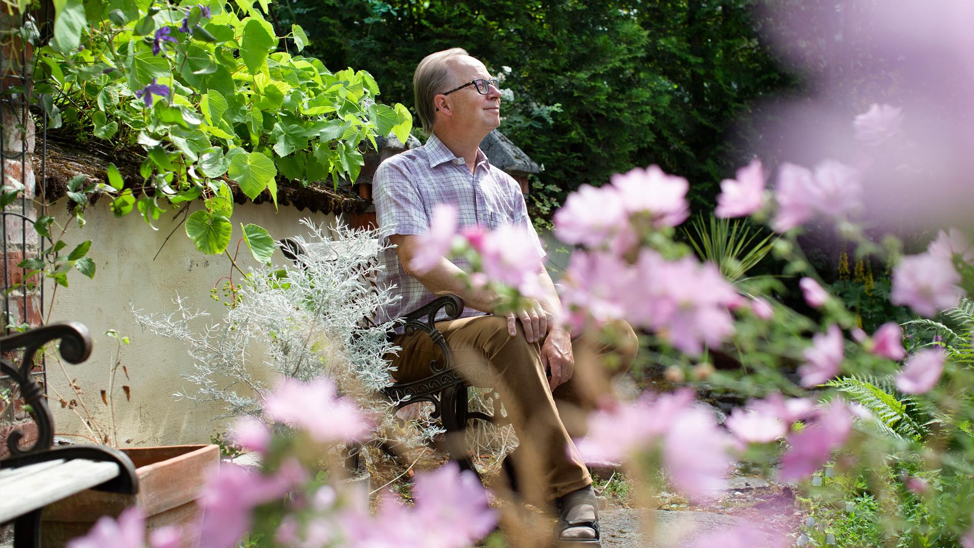 Timo Nyrke puutarhassaan