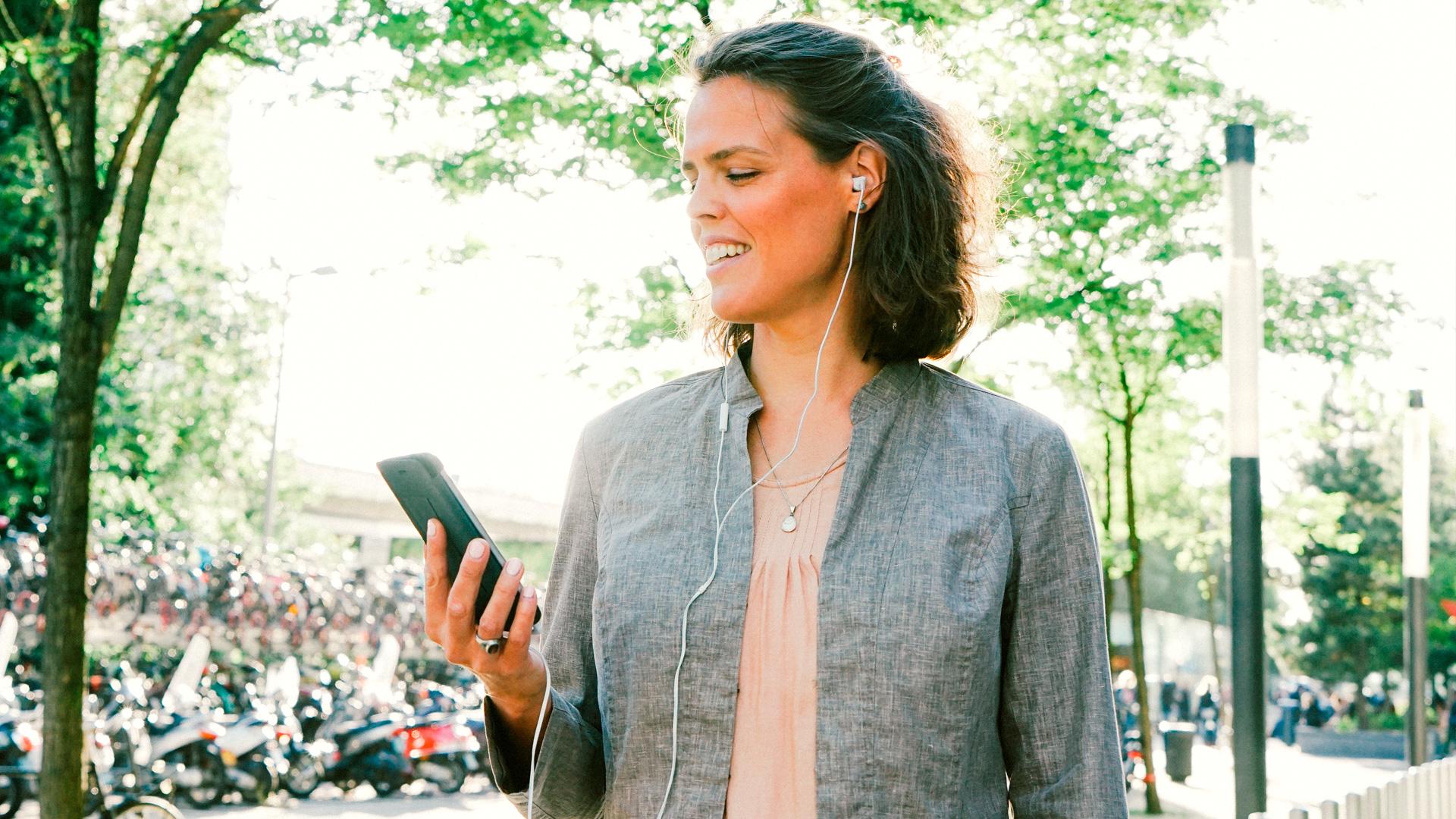 Nainen matkapuhelin kädessään