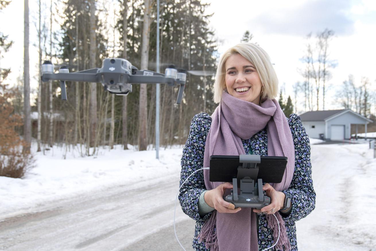 Päivi Käpylä ja drone