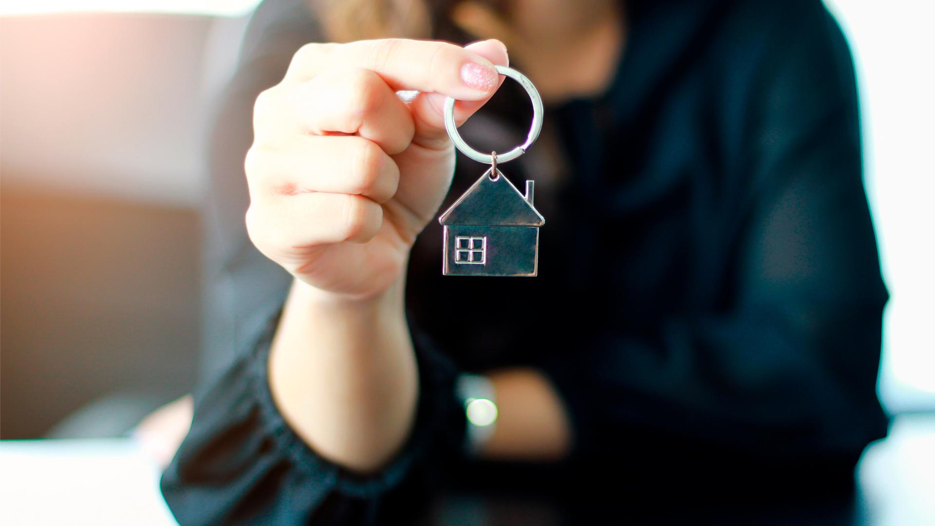 Asunnon avaimet naisen kädessä
